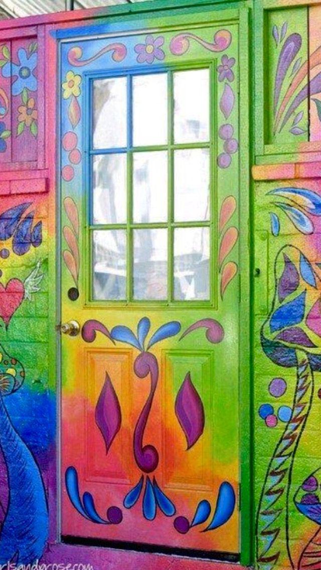 Porta pintada com arabescos.
