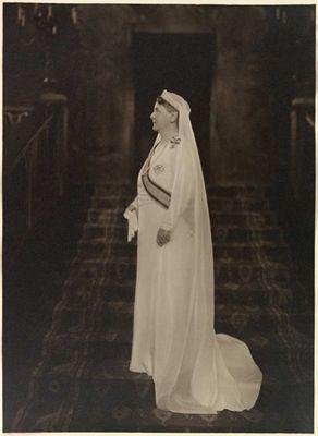 Koningin Wilhelmina, najaar 1934 Na het overlijden van Prins Hendrik droeg Koningin Wilhelmina lange tijd witte rouwkleding. Zo poseerde ze voor Franz Ziegler op de trap in de vestibule van Paleis Het Loo in het najaar van 1934, wat een indrukwekkend portret opleverde. Maar zoals destijds niet ongebruikelijk was, werd ook hier geretoucheerd: Ziegler maakte de Koningin wat slanker dan ze was.