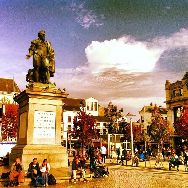 Kunstschilder Rubens in zonnig Antwerpen #rubens #antwerpen #painter #sky #clouds - @marcel_tettero- #webstagram