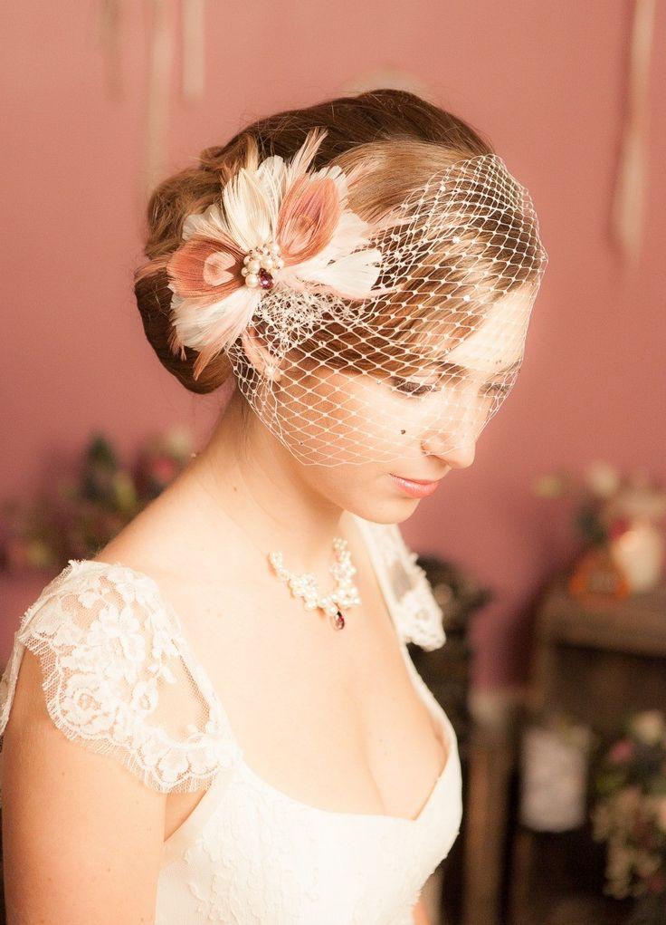 Voilette de mariée rétro, birdcage avec cristaux - So Hélo Fascinator avec plumes de paon. Pink Peacock