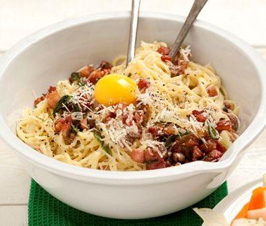 Spagetti carbonara med rökt sidfläsk och salvia är en god och snabblagad pastarätt som de flesta tycker om. Servera carbonaran med fänkålssallad och toppa med riven grana padanoost.