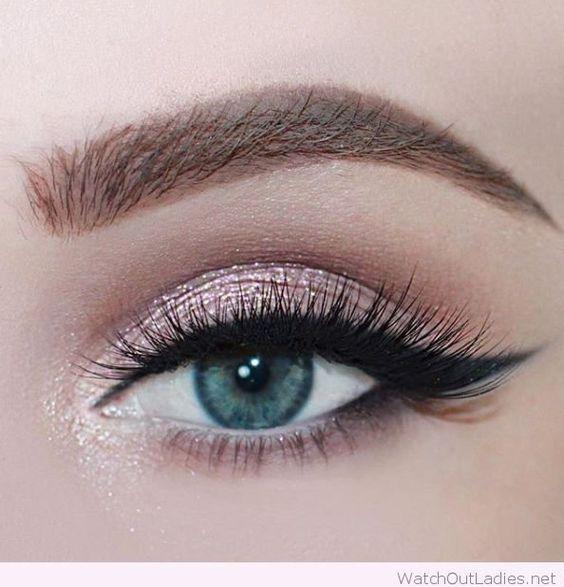 Maquillaje de ojos con glitter para quinceañeras