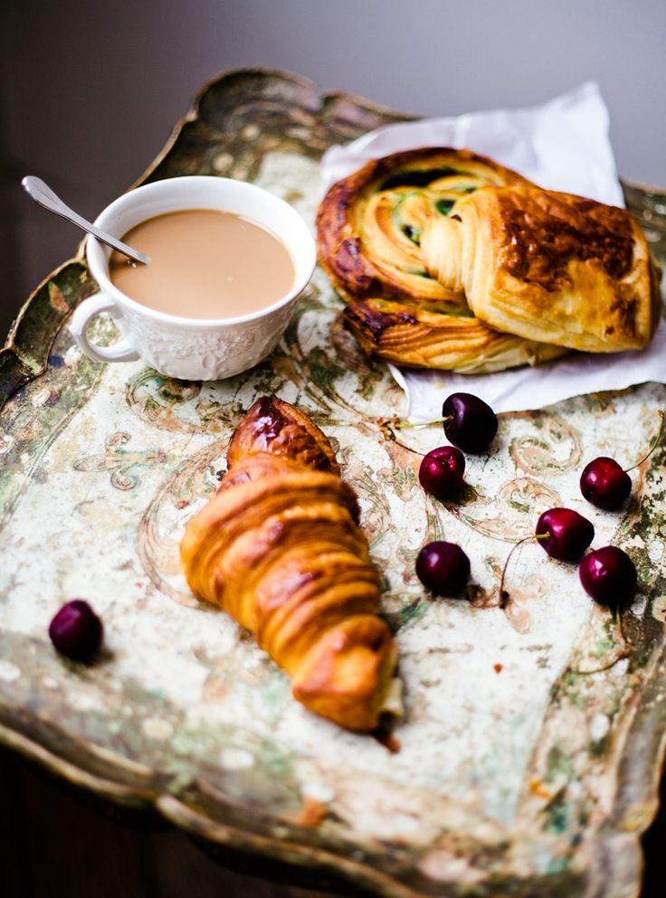 Café au lait, croissant, pain au raisins et chocolatine (ou pain au chocolat), un pt'i déj' bien franchouillard!