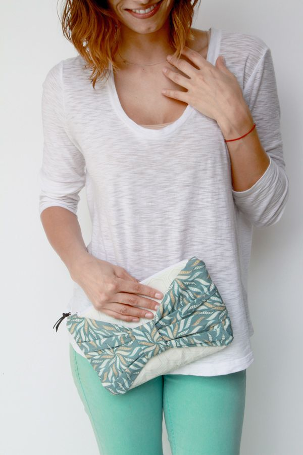 DIY: bow clutch. Going to try this in leather an leaving the bow open to slide my hand through :-)