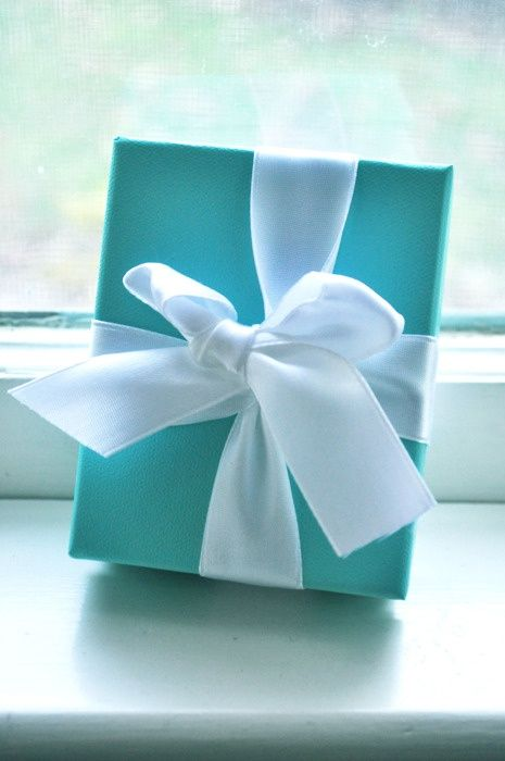 The Tiffany Blue Box just wouldn't be the Tiffany Blue Box without an elegant satin bow. And not just any bow -- a Tiffany bow, tied without a knot so it slips off the box with one simply pull.