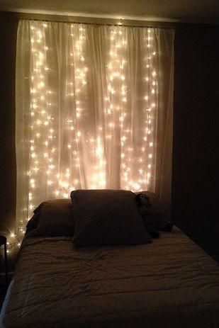 Para un ambiente más romántico, pero sencillo de lograr: cuelga unas cortinas blancas en la cabecera de tu cama, e ilumínalas. | 16 Geniales ideas para decorar tu habitación con pequeñas lucecitas