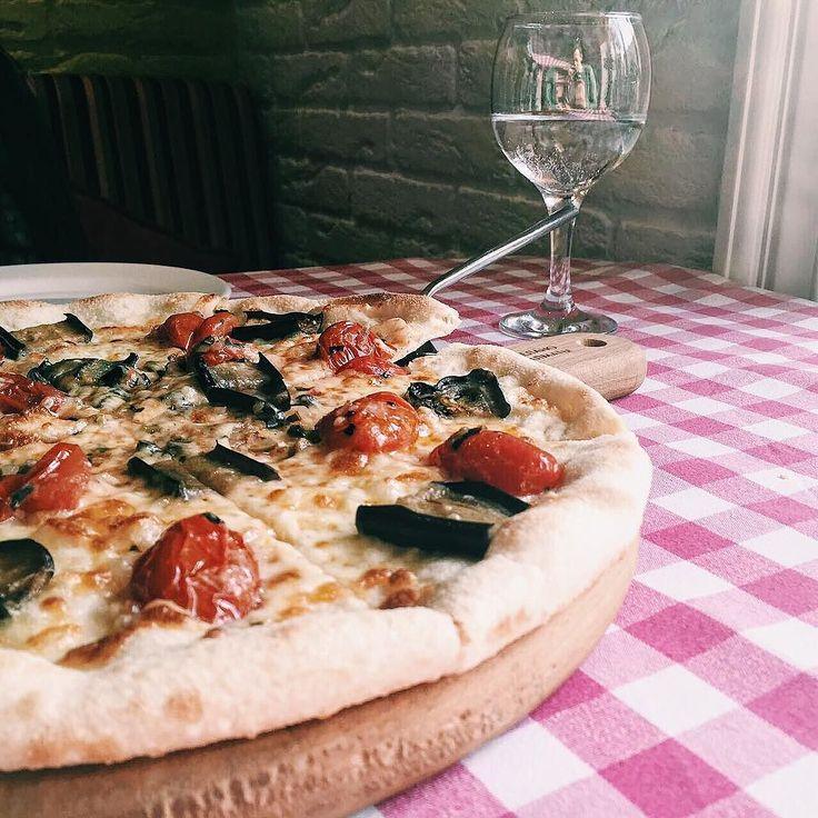 """Просто вкусной пиццы """"Рустика"""" вам в ночную ленту. Не уверена придумал ли эту пиццу какой-то Рустик или на итальянский манер ее прозвали деревенской. В любом случае она вкусная и с баклажанами. Прямо как я люблю. Спасибо @del_papa за еду и сервис. #еда #пицца #обед #ночь #итальянскаякухня #италия #pizza #rustica #lunch #pranzo #pranzoitaliano #italia"""