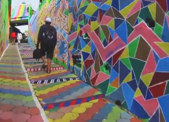 Harsány színekkel tüntették el a nyomor nyomait http://kozelestavol.cafeblog.hu/2017/11/09/nyomornegyedbol-szivarvanyszinu-varost-varazsoltak-indoneziaban/