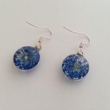 Zo verfrissend als de oceaan. Zee blauwe bloemen gedrukt in glas. Perfecte paar oorbellen van verzilverde messing. Bevat geen nikkel en beschermt tegen oorontsteking.
