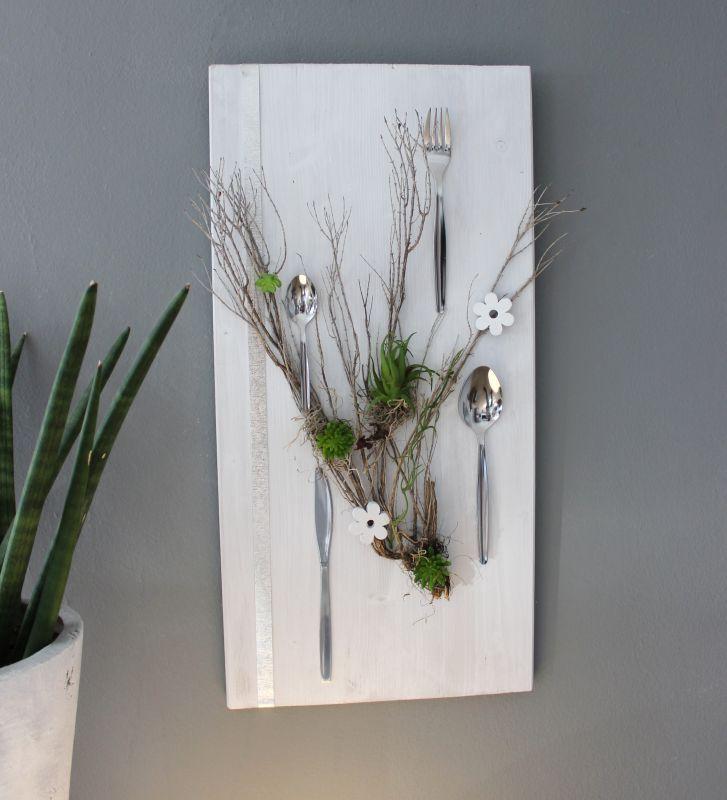 WD116 - Wanddeko für Esszimmer oder Küche! Holzbrett weiß gebeizt, dekoriert mit natürlichen Materialien, künstlichen Sukkulenten, Holzblumen, Metallband und Besteck! Wird selbstverständlich in jeder gewünschten Farbe angefertigt! Preis 64,90€ Größe 30x60cm