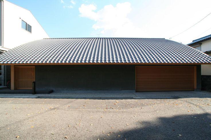 圧倒的な屋根瓦の存在感。そんな特徴的な屋根の下にはモダンな和の空間が広がっています。