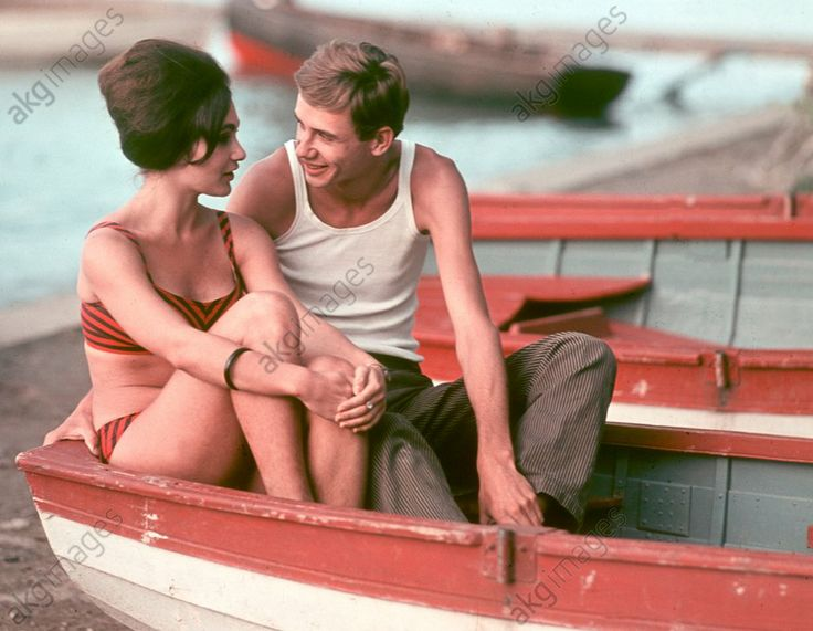Balatonfüred (Hungary), Lake Balaton.  A young couple sitting in a boat on the shore of Lake Balaton.  Photo by Morgenstern, 21.06.1968. © akg-images / ddrbildarchiv.de