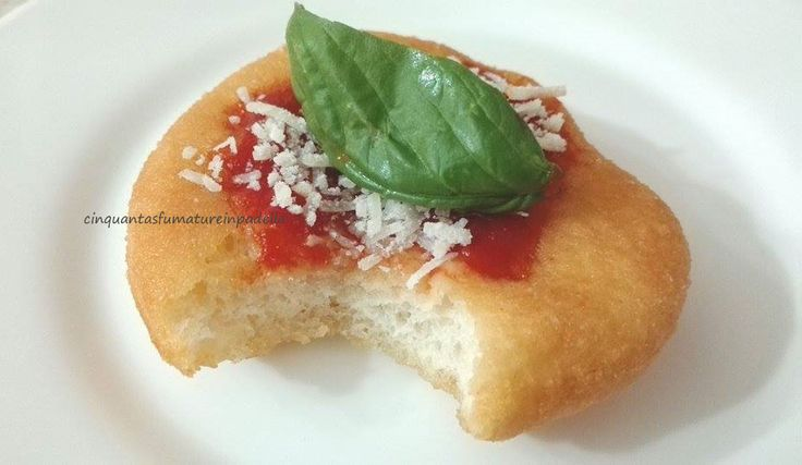 PIZZETTE MONTANARE NAPOLETANE  Per la ricetta clicca qui http://blog.giallozafferano.it/cinquantasfumaturelaura/pizzette-montanare/