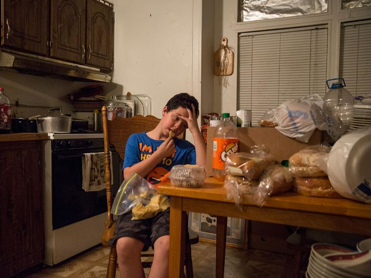 Photo of Brandon Witt snacking on chips | http://www.nationalgeographic.com/foodfeatures/hunger/