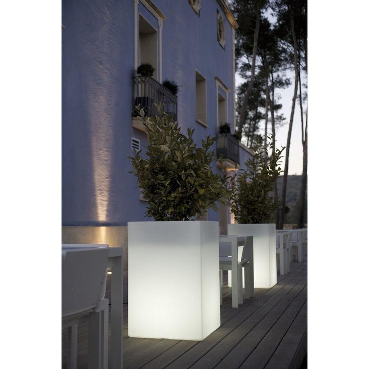 Vondom Maceta con Luz Cubo Alto. Maceta en forma de cubo alto con luz interior de bajo consumo o LED RGB. Studio VONDOM.