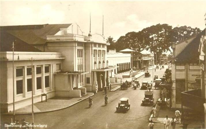 Bandung Heritage. Lalu Lintas di depan Societeit Concordia Bandung (Gedung Merdeka sekarang) tahun 1923