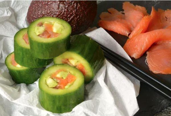 Sushi van komkommer heart-emoticon Geen rijst, geen zeewier - alleen komkommer, avocado en gerookte zalm. Het is even prutsen met de komkommer, maar oefening baart kunst. Oh, en het is ook nog koolhydraatarm enzo, mocht je dat leuk vinden.