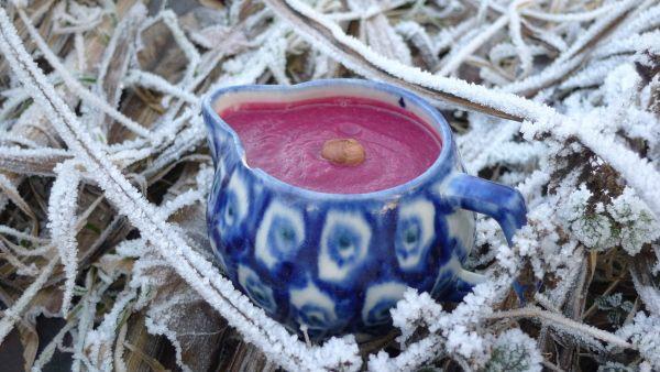 Smoothie-Rezepte: 3 gesunde Winter-Smoothies, die es dir warm machen..... Für einen Smoothie, der mit der würzigen Schärfe des Ingwers von innen wärmt, brauchst du nur wenige Zutaten:      1 mittelgroße Knolle Rote Bete     1 große Birne     1 Stück Ingwer     1 Handvoll Haselnüsse     etwas Wasser