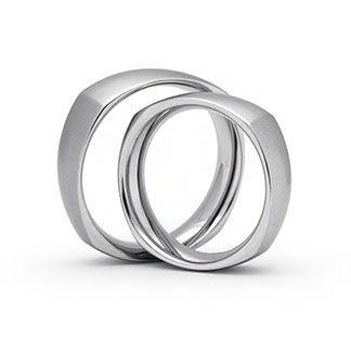 Außergewöhnliche Eheringe in 585 Weißgold mattiert Ringform: Quadratisch, eckig. Die Eheringe werden auf Bestellung für Sie produziert. Ihre Ringe können in Schreibschrift, Druckschrift und in Ihrer eigenen Handschrift graviert werden. Änderungen am Design und Zusammensetzung möglich, auch in Platin erhältlich
