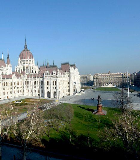 A budapesti Kossuth Lajos tér kiemelt nemzeti emlékhelynek számít, mint a nemzet főtere, illetve számos lényeges történelmi esemény helyszíne. Az V. kerületben, a Duna partján elterülő, frissen felújított teret jelenlegi formájában 2014. március 15-én adta át Áder János köztársasági elnök.