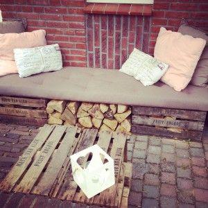 Bank en tafeltje van oude veilingkistjes en blokken hout. Leuk voor onder de veranda of in de tuin.