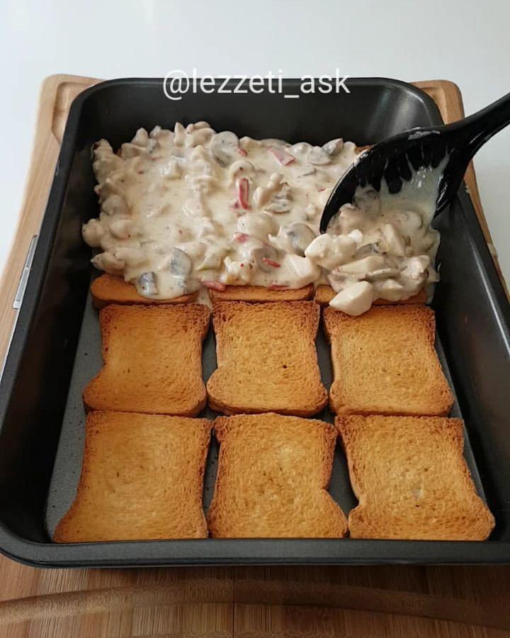 Çok çokk lezzetli bir tarif var bugun arkadaslar Tavuk,mantar,besamel sos, sebze ve baharatlarla hazırlanıyor.Sosun kıvamı herzamankinden daha akışkan yapılırsa daha güzel oluyor.. Tabi bu tarifte olmazsa olmaz kasar peyniri..Siz videoyu izlerken ben tarifi ekliyorum ❤Etimekli beşamel soslu sebzeli tavuk1 paket etimekYarım kg pirzolalık tavuk (kemiksiz ve derisiz)2 adet yeşil biber2 adet kırmızı biber1 paket mantarTuz karabiber pulbiberBeşamel so