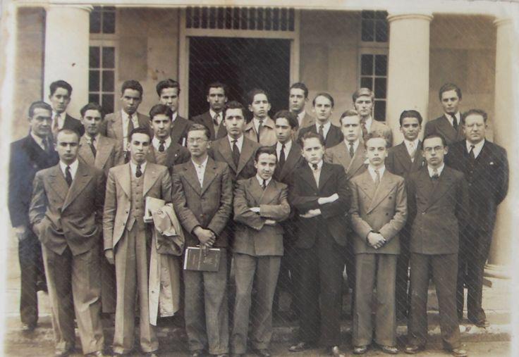 COLEGIO GIMNASIO MODERNO BOGOTÁ D.C., WALTER VELASCO MEJIA CON SUS COMPAÑEROS 1942.