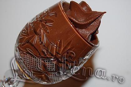 Cea mai vestita si clasica crema de ciocolata(ganache) de fapt este o combinatie de frisca cu ciocolata amaruie - deci ingenios de simpla, foarte fina si gustoasa. Este folosita in multe prajituri si torturi, pentru decor si in multe deserturi.  Combinatii veti gasi multe, de fiecare data cam diferite proportiile de frisca si ciocolata - eu am ramas la aceasta reteta de ganache care imi place foarte mult, isi pastreaza culoarea intensa de ciocolata, este densa si poate fi folosita si pentru…