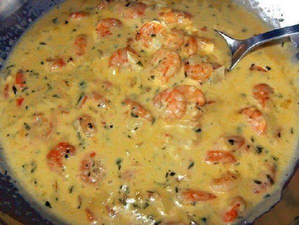 O Strogonoff de Camarão com Requeijão é um prato delicioso e muito fácil de fazer. Ele fica cremoso e com um sabor todo especial, combinando com as reuniõe