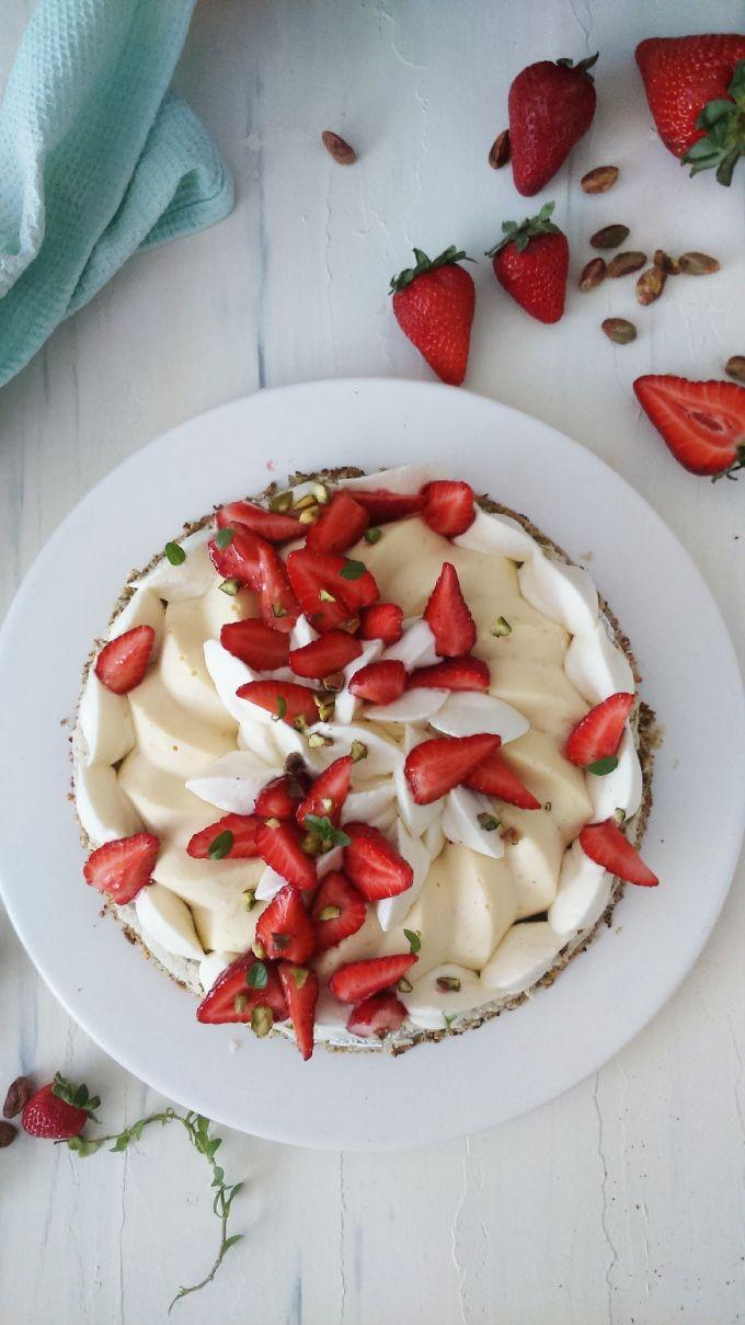 Torta de Pistachos, Frutillas y Cheesecake de Pomelo Rosado. Lo lindo que es muy fácil de hacer, se puede hacer con antelación y armar a último momento.   #torta #pasteleria #receta #cheesecake #dacquoise #pistacho #fresas #frutillas #postres #merengue #singluten #aptoceliacos