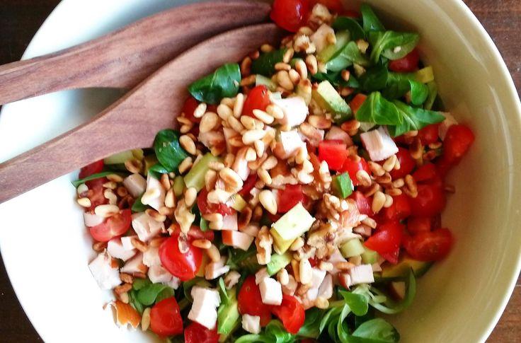 Salade met gerookte kip, avocado & pijnboompitjes