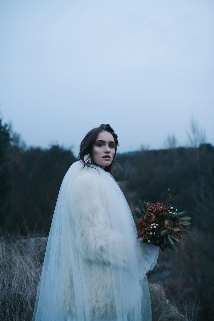 vestido capa y abrigo de Castellar Granados muah Oui Novias pendiente Julieta Alvarez ramo Adhoctienda