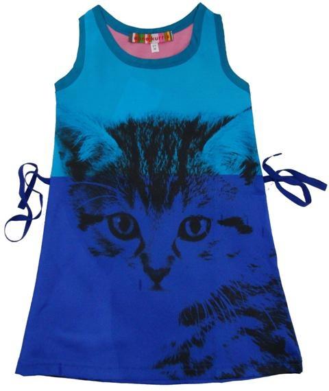 Anne Kurris - jurk kat - Uniek mooie jurk in een glanzende stof. Fotoprint van een kat over de hele lengte van de jurk. Bovenste deel in turkoois en onderste deel in koningsblauw. De bovenkant van de rug is fuchsia. Achteraan in de taille kan een kobaltblauw katoenen lint geknoopt worden. 100% polyester.