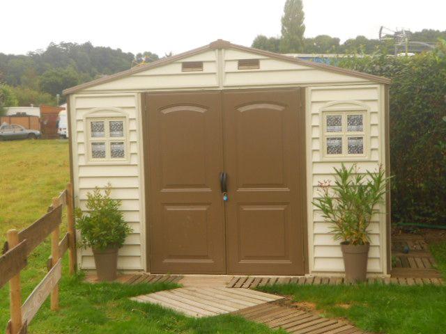 On dirait une maison de poupée ! Avec ses 2 coloris, ses petites ouvertures et sa facilité d'entretien, on craque pour cette cabane de jardin PVC.