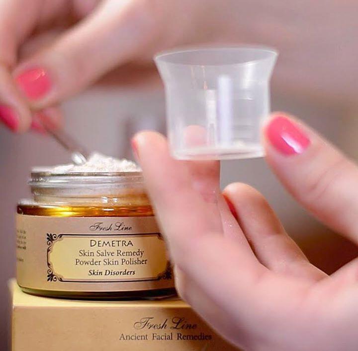 Έχετε κοκκινίλες και ερεθισμένο δέρμα; Σας ταλαιπωρούν δερματοπάθειες, αλλά επιθυμείτε να ανανεώσετε την ευαίσθητη επιδερμίδα σας; Η αγωγή σωτηρίας ΔΗΜΗΤΡΑ είναι για εσάς η ιδανική λύση!  Η πούδρα απολέπισης #Demetra, βασισμένη σε ένα συνδυασμό από άλευρα δημητριακών, αφαιρεί απαλά τα νεκρά κύτταρα και απομακρύνει τους ρύπους από το δέρμα με τον πιο ήπιο τρόπο. Εκτός από την απολεπιστική της δράση, ανακουφίζει και καταπραΰνει το δέρμα. Λιανική Τιμή: 12,90€ (50gr)