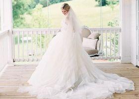 """世界的デザイナー""""VERA WANG(ヴェラ・ウォン)のウェディングドレスが夢みたいにロマンティック!結婚式にはヴェラ・ウォンのプリンセスライン、チュールの素敵なマーメイドライン、ガウンドレスを着たい花嫁さま向けのウェディングドレスまとめ。"""