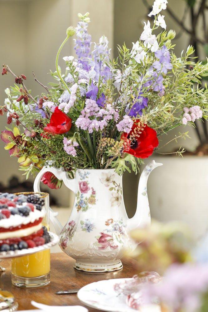 Acomodamos os arranjos florais em dois bules e na sopeira maravilhosa da coleção Ilha das Flores, de Tania Bulhões em nossa mesa para o chá da tarde!