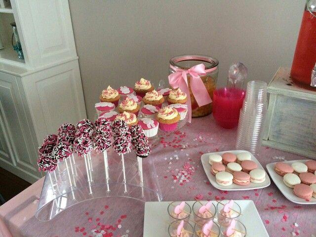 Cakepops, macarons, bowl, aardbeienbavarois & cupcakes