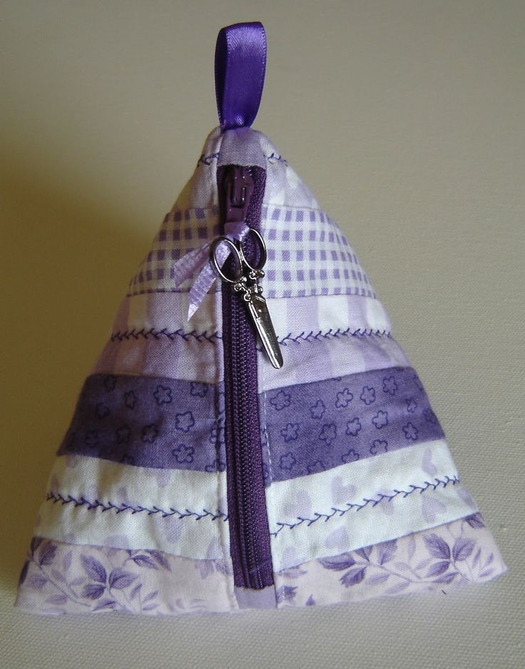 http://nannynotes2u.blogspot.com.au/2012/11/lets-sew-part-13-sewing-room-project-6.html     Pyramid Pouch