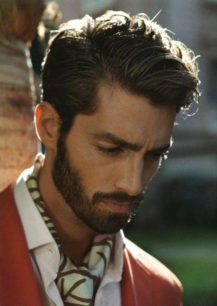 un joli homme avec coiffure moderne avec cheveux épais marron foncé