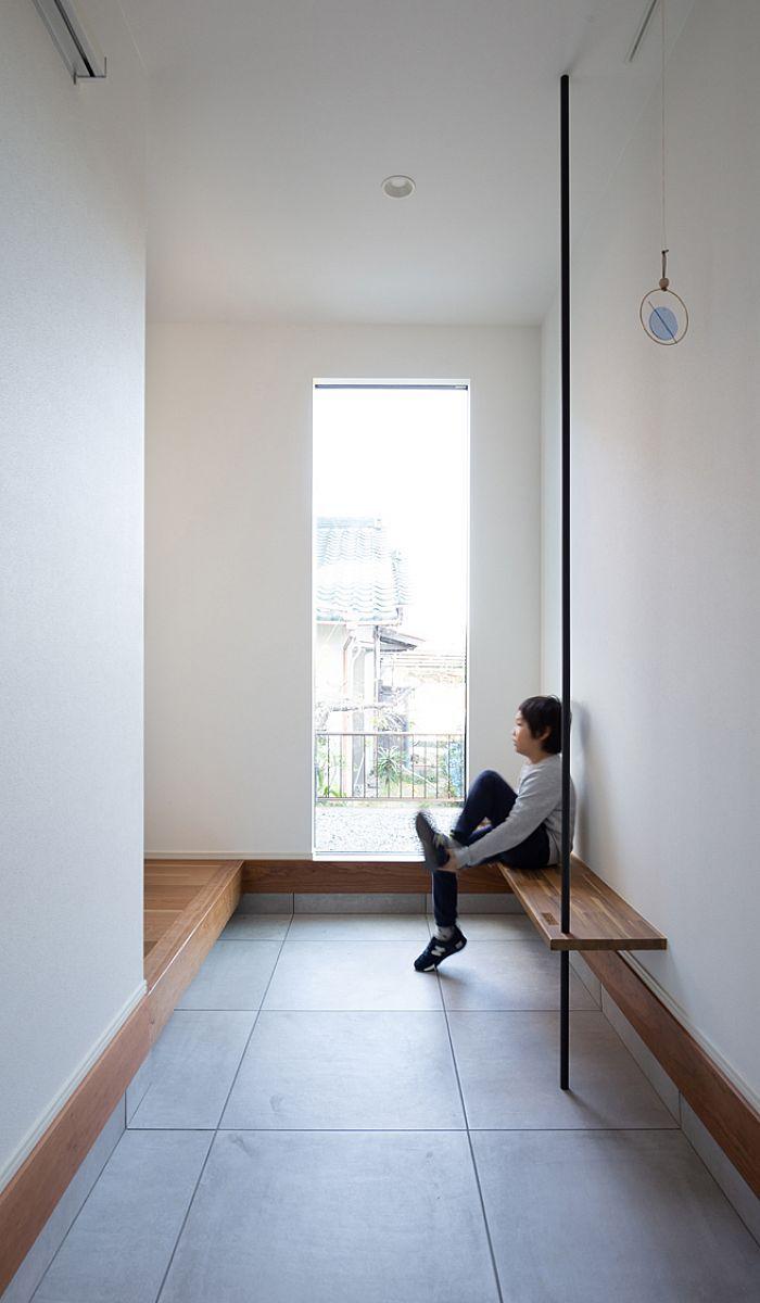 玄関はすっきり そして広く ベンチに手摺を設け使い勝手をプラスしま