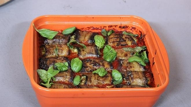 Auberginerolletjes in spicy tomatensaus - Recept   24Kitchen
