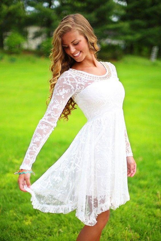 Vestidos de novia cortos para una boda al aire libre en primavera. Fluidos, livianos y con encajes y transparencias sutiles.
