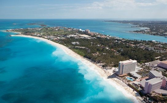 Bahamas Honeymoon packages are a great choice for couples wanting to enjoy paradise without taking a long flight! Made up of over 700 different  islands, the Bahamas are located off the Florida coast and are easy to get to from almost anywhere in the US. #allinclusivehoneymoons #BahamasHoneymoon