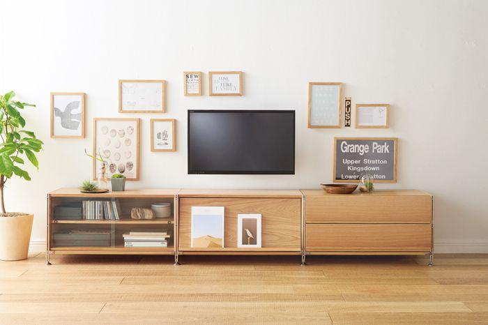 低くしまう - Unit Shelf   Compact Life   無印良品 ユニットシェルフの魅力は優れた汎用性。 サイズや別売のパーツとの組み合わせ方を考えれば、応用範囲が広がります。 設置場所や使用目的に合わせたかたちをご紹介します。 低くしまう ミニサイズの帆立を使い、低く横長に連結して、TV 下のローボードとして。煩雑になりがちなAV まわりがすっきりまとまります。