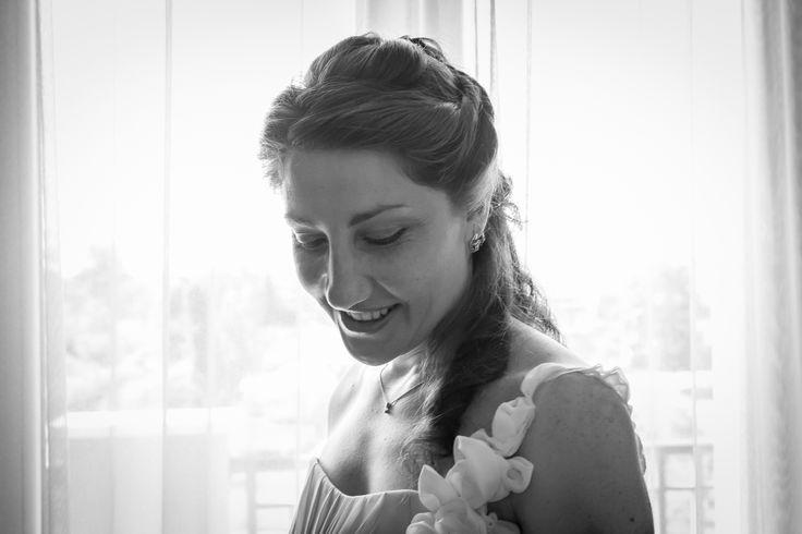 Finalmente è arrivato il giorno tanto atteso. La sposa si lascia andare a un pensiero sereno e felice, come dimostra la sua espressione. #bride #sposa #wedding #weddingphotographer #matrimonio #fotografo #brescia #francescobonarrigo