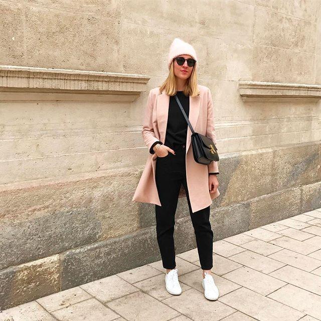 B l u s h  C o a t #outfit #outfitoftheday • Manteau (new) #zara • Blouse #bash • Mom jean (new) #zara • Bonnet (cadeau maman solde) #despetitshauts • Baskets #commonprojects • Sac #classicbox #celine  Coup de cœur pour ce manteau zara dans un joli rose poudré
