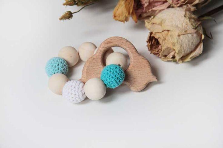 Dětské dřevěné chrastítko - kousátko / chrastítko s obháčkovanými korálky. Wooden teether for baby