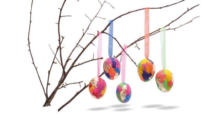 Her kan både små og store lave de fineste påskeæg! Æggene males med acrylmaling i alle regnbuens farver, dekoreres med bladguld og hænges op i bånd. Alle de farverige æg vil pynte flot i vinduet eller på en forårsgren.
