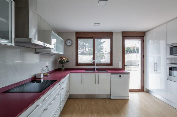 Busca imágenes de Cocinas de estilo mediterráneo: Casa del Porche de Piedra. Encuentra las mejores fotos para inspirarte y crea tu hogar perfecto.